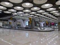 Ceinture de transporteur de bagages de Madrid Espagne d'aéroport de Barajas très tôt le matin Photographie stock
