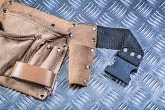 Ceinture en cuir d'outil sur le concep cannelé de construction de fond en métal Photo libre de droits