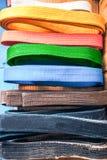 Ceintures d'arts martiaux, de brun, d'orange, bleues et noires Photographie stock