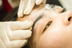 Ceja que tatúa, cara bastante asiática del maquillaje de la mujer Fotografía de archivo