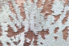 Cekinu zakończenie makro- Abstrakcjonistyczny tło z złocistymi cekinami barwi na tkaninie zdjęcia royalty free