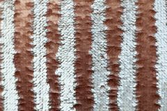 Cekinu zakończenie makro- Abstrakcjonistyczny tło z złocistymi cekinami barwi na tkaninie Zdjęcie Stock
