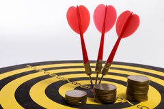 Cel biznes zamierza osiągać jako drużynowe strzałki na białym tle z strzała, środkowy cel Zdjęcie Stock