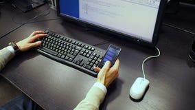 Cel 48 De mening aan hand van een open werknemer en geeft spreadsheet op LCD monitor uit, berekent de klikkende muisknoop en nump stock video