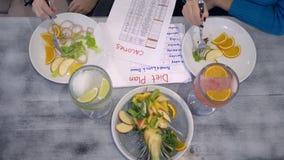 Cel gubić ciężar nowy rok, odchudzająca dziewczyna je zdrowej diety karmowe i hrabiowskie kalorie podczas diety śniadanio-lunch zbiory wideo