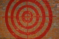 Cel na czerwonym ściana z cegieł zaszczepka obraz stock