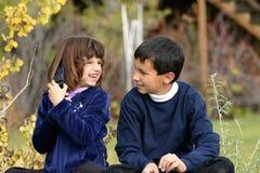 cela 2 dzieci telefon zdjęcie royalty free