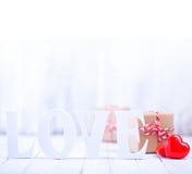 celabrating принципиальная схема соединяет детенышей Валентайн дня счастливых целуя s Стоковые Фото