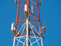 Celantenne, zender De radio mobiele toren van telecommunicatietv tegen blauwe hemel Royalty-vrije Stock Foto