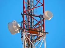 Celantenne, zender De radio mobiele toren van telecommunicatietv tegen blauwe hemel Royalty-vrije Stock Afbeeldingen