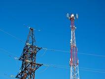 Celantenne, zender De radio mobiele toren van telecommunicatietv tegen blauwe hemel Royalty-vrije Stock Afbeelding