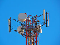 Celantenne, zender De radio mobiele toren van telecommunicatietv tegen blauwe hemel Royalty-vrije Stock Foto's