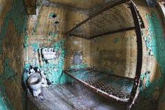 Celblok van de binnenkant van een oude gevangenis Stock Foto