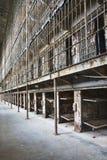 Celblok van de binnenkant van een oude gevangenis Royalty-vrije Stock Foto's