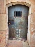 Celda de prisión antigua en el castillo de Montjuïc imagen de archivo
