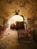 Celda de prisión que se deshace y en ruinas imagen de archivo libre de regalías
