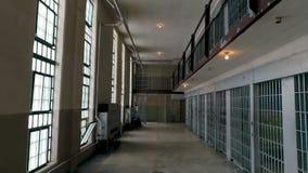 Celdas de prisión estrechas apiladas encima de una y de otra