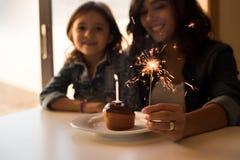 Celebarting Geburtstag der Mutter und der Tochter lizenzfreie stockfotografie