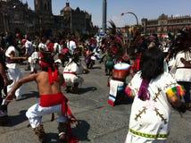 Celebração étnica da dança no quadrado de Zocalo em Cidade do México Imagens de Stock Royalty Free