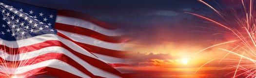 Celebração americana - bandeira e fogos-de-artifício dos EUA