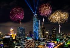Celebração colorida dos anos novos do fogo de artifício na arquitetura da cidade de Banguecoque Imagem de Stock