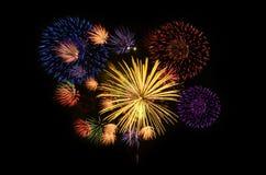 A celebração colorida dos fogos-de-artifício e a noite da cidade iluminam o backgrou Imagem de Stock Royalty Free