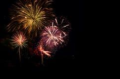 A celebração colorida dos fogos-de-artifício e a noite da cidade iluminam o backgrou Imagens de Stock