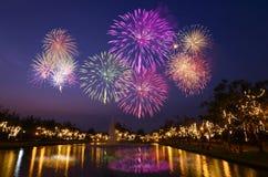 A celebração colorida dos fogos-de-artifício e a noite da cidade iluminam o fundo Fotos de Stock