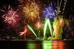 A celebração colorida dos fogos-de-artifício e a noite da cidade iluminam o fundo Foto de Stock Royalty Free