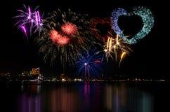 A celebração colorida dos fogos-de-artifício e a noite da cidade iluminam o fundo Imagens de Stock