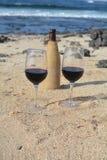 Celebração com dois vidros do vinho tinto na praia tropical agradável Foto de Stock Royalty Free