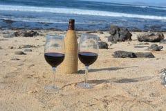 Celebração com dois vidros do vinho tinto no Ni Imagens de Stock Royalty Free