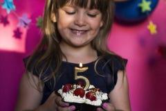 Celebração da festa de anos Princesa e seu bolo da morango C foto de stock royalty free