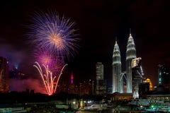 Celebração da véspera de ano novo com exposição dos fogos-de-artifício no triângulo dourado Kuala Lumpur com torre gêmea & quilol Imagens de Stock Royalty Free