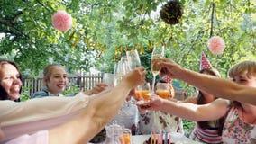 Celebração de família ou um partido de jardim fora no quintal video estoque