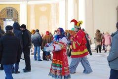 A celebra??o de Maslenitsa na propriedade Arkhangelsk Os atores d?o uma mostra fantasiada imagem de stock royalty free
