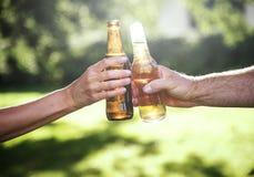 A celebração do álcool da cerveja dos elogios fora brinda o conceito imagens de stock