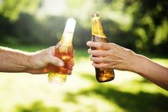 A celebração do álcool da cerveja dos elogios fora brinda o conceito imagem de stock