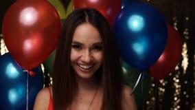Celebração do aniversário Bolhas de sabão de sopro da mulher com balões vídeos de arquivo