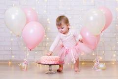 Celebração do aniversário - bolo sensacional da menina engraçada sobre bric Imagem de Stock