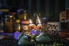 Celebração do aniversário com velas, luzes brilhantes imagem de stock