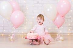 Celebração do aniversário - menina feliz com o bolo sobre o wa do tijolo Fotografia de Stock Royalty Free