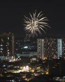 Celebração do ano novo chinês com o fogo de artifício sobre o subúrbio asiático Imagens de Stock