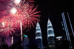 Celebração do ano novo em KLCC com fogos de artifício imagens de stock royalty free