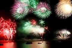 Celebração do ano novo, fogo-de-artifício sobre o mar Imagem de Stock