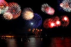 Celebração do ano novo, fogo-de-artifício sobre o mar Imagens de Stock Royalty Free
