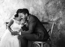 Celebração do casamento dos pares da ascendência africana do recém-casado imagens de stock royalty free