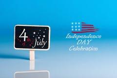 Celebração do Dia da Independência 4 de julho Imagem do calendário do 4 de julho no fundo azul Árvore no campo Espaço vazio para  Foto de Stock Royalty Free