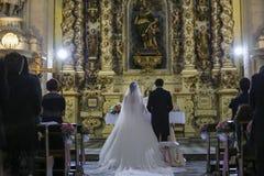 Celebração do dia do casamento do altar da noiva do noivo imagem de stock royalty free