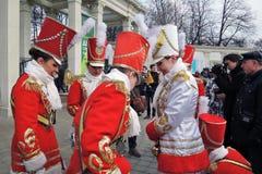 Celebração do dia do ` s de St Patrick em Moscou Faixa dos bateristas das mulheres Fotos de Stock